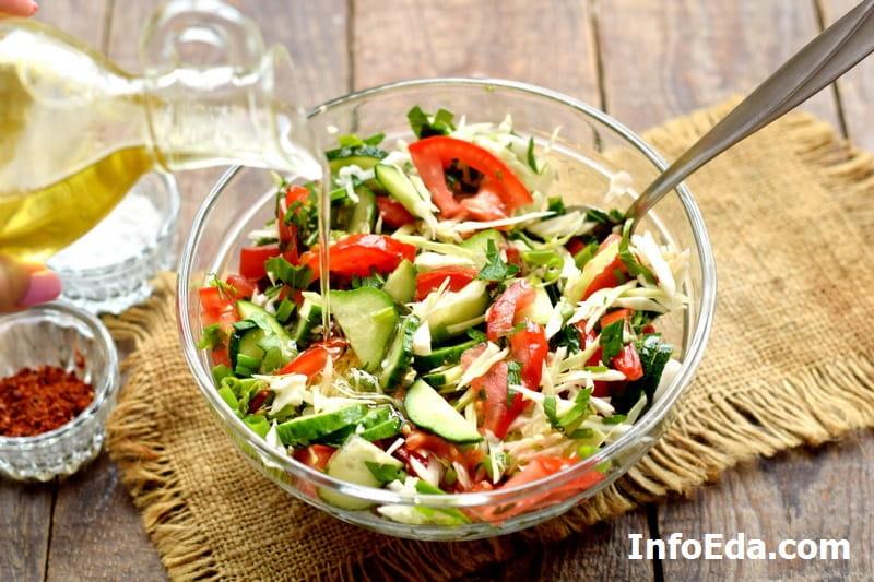 Салат из капусты, огурцов и помидоров - заправка салата оливковым маслом