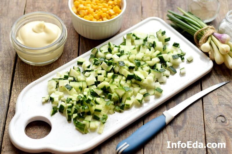 Крабовый салат - нарезанный огурец