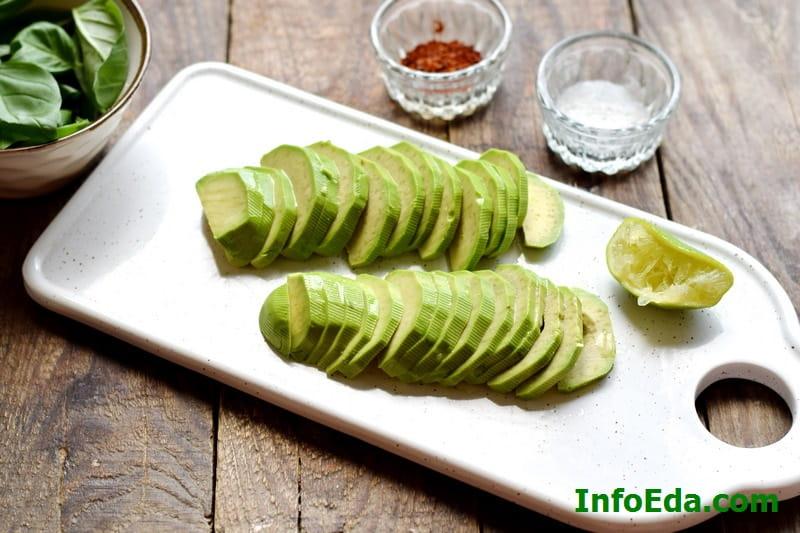 Салат из авокадо, креветок и огурца - нарезка авокадо