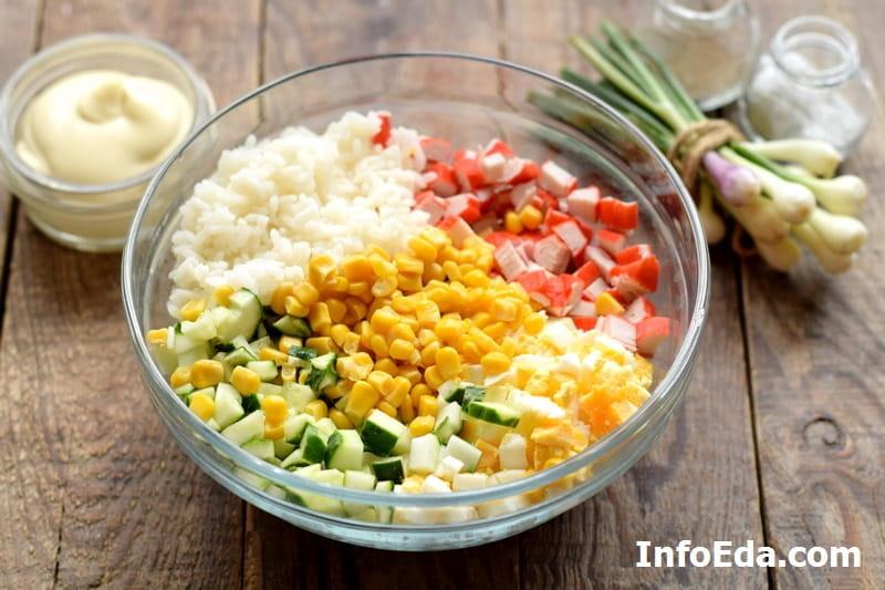 Крабовый салат - компоненты для салата в салатнике