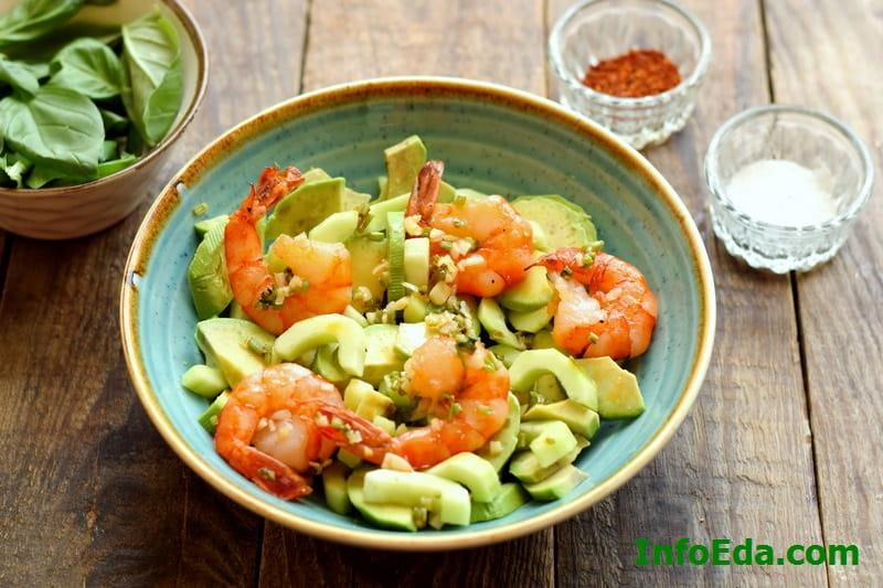 Салат из авокадо, креветок и огурца - компоненты в тарелке