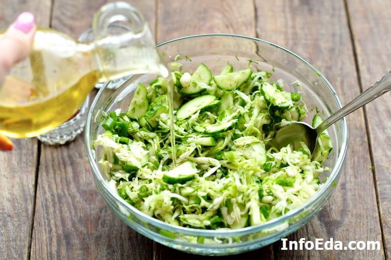 Салат из капусты и огурцов - добавляем подсолнечное масло