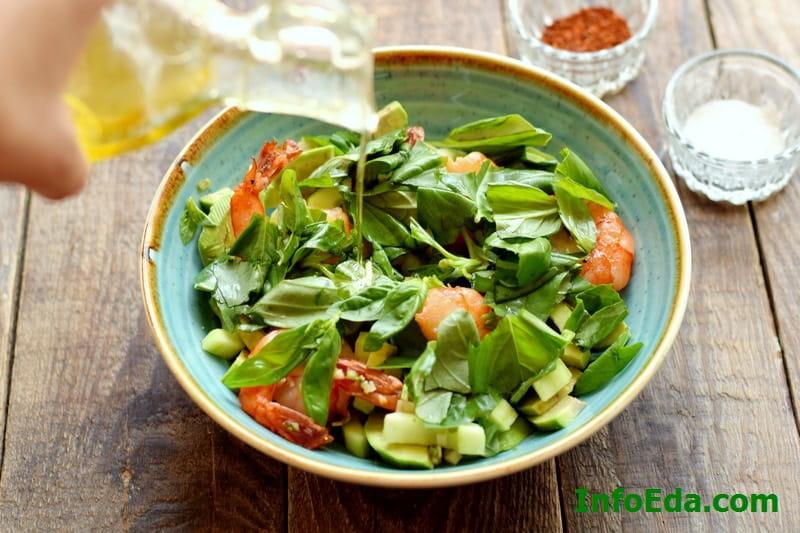 Салат из авокадо, креветок и огурца - листочки базилика