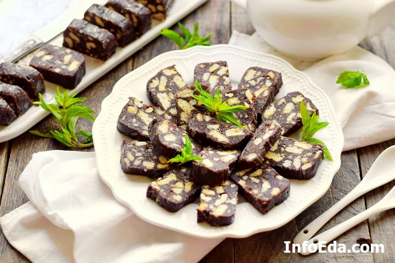 Классическая шоколадная колбаса из печенья, какао и орехов