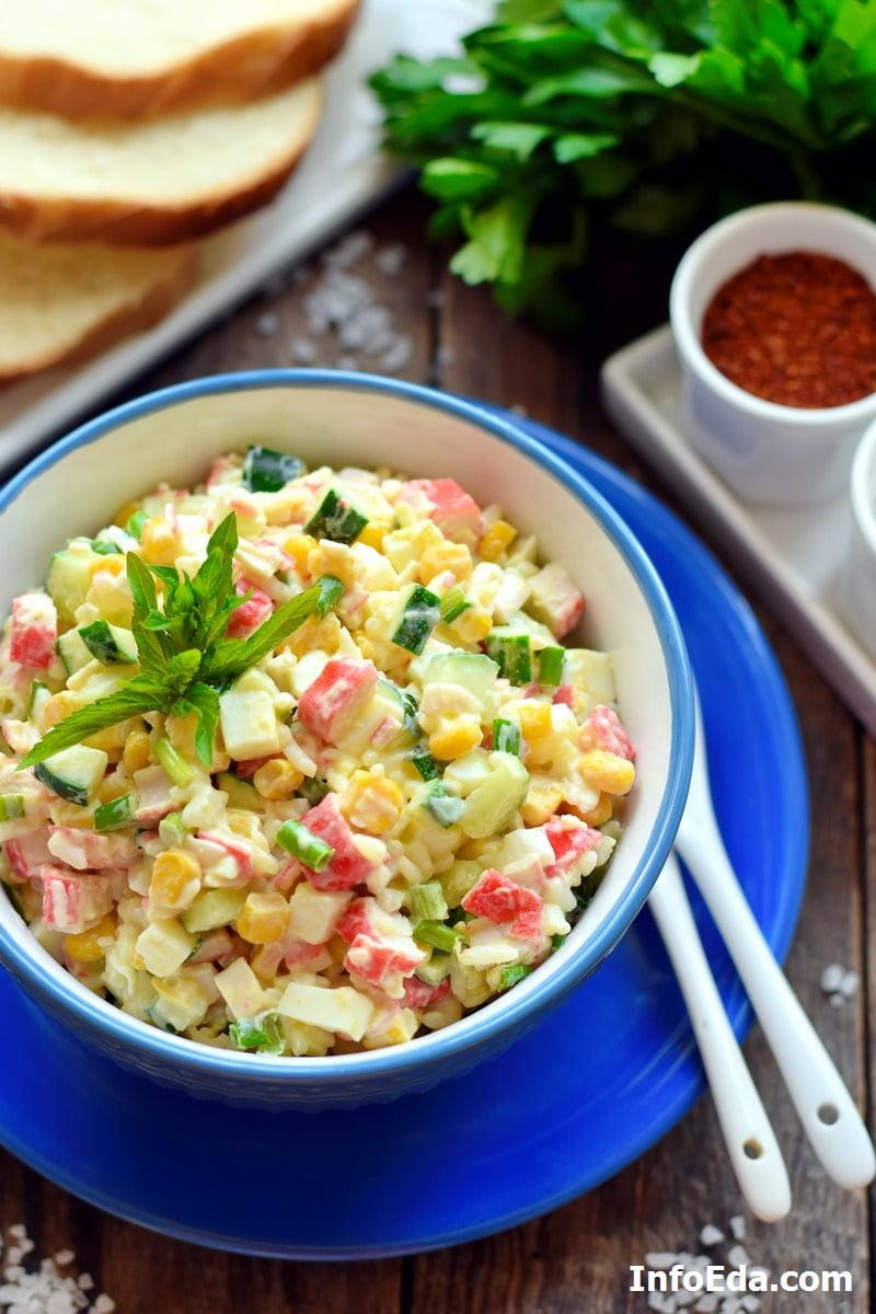 Классический салат с крабовыми палочками, кукурузой, рисом и огурцом