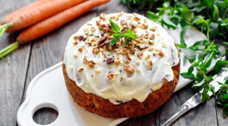 Морковный пирог с корицей, орехами и кремом