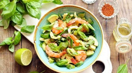 Салат из авокадо, креветок и огурцов