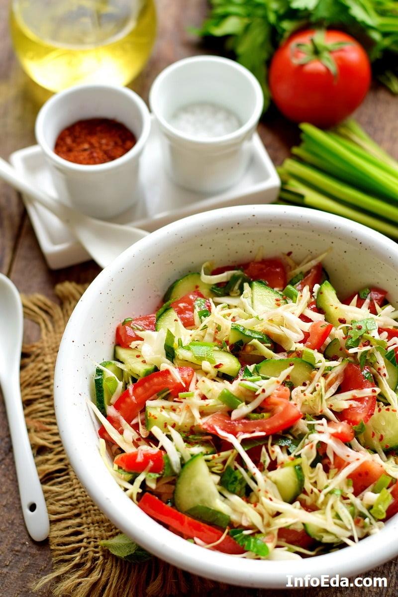 Салат из белокочанной капусты, огурцов, помидоров и зелени