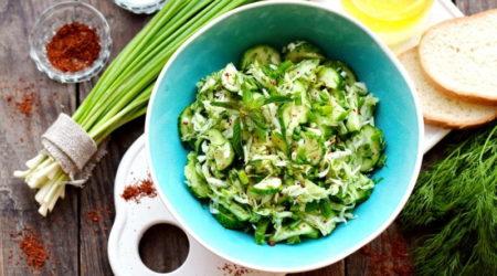 Салат из свежей капусты и огурцов с уксусом