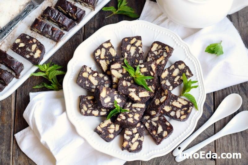 Шоколадная колбаска из печенья и какао с орехами