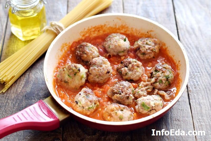 Спагетти с фрикадельками - добавляем фрикадельки в соус