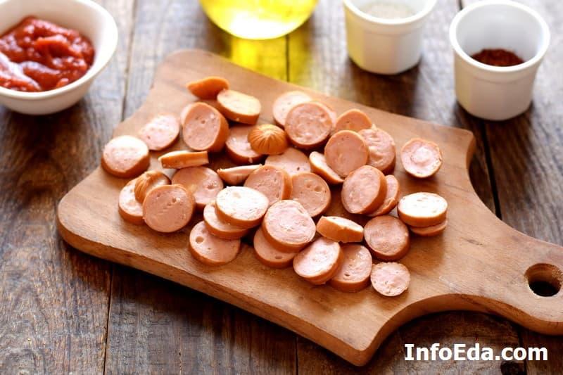 Тушеная капуста с сосисками - нарезка сосисок кружками
