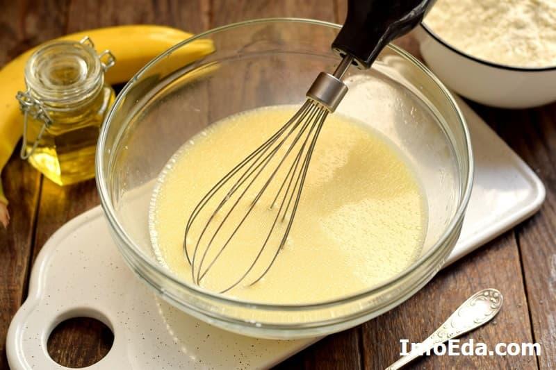 Банановые панкейки - взбитое молоко с яйцом