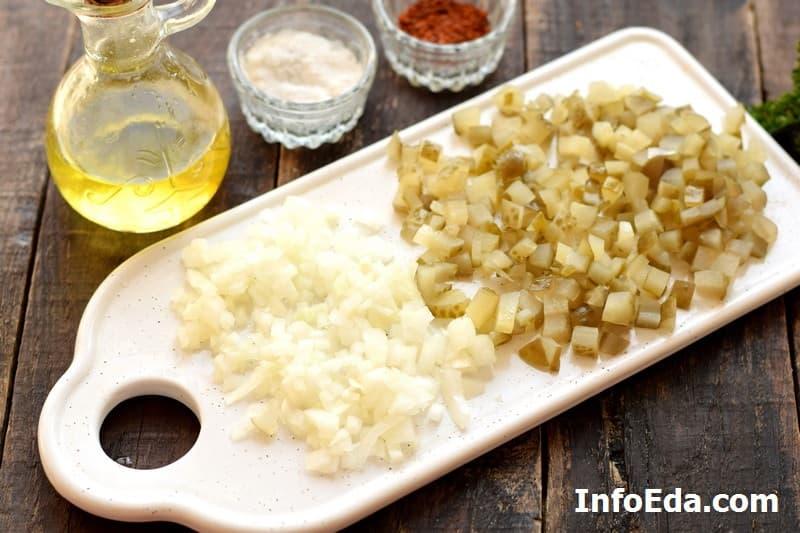 Винегрет - нарезка лука и соленых огурцов