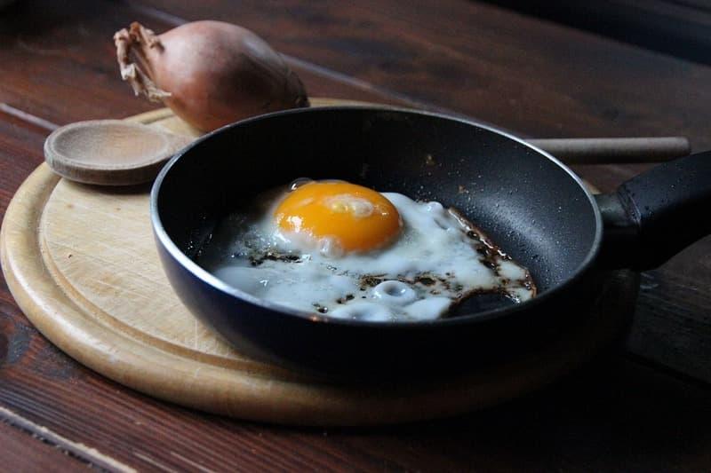 Как правильно жарить яйца на сковороде