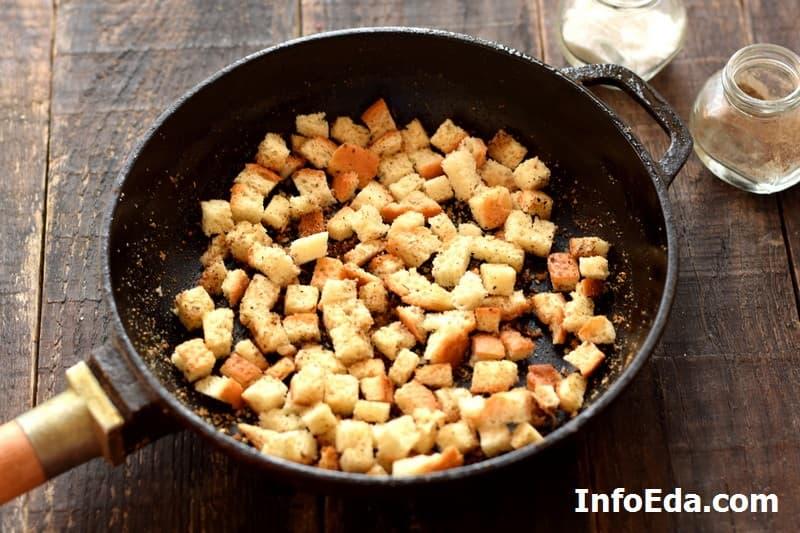 Тыквенный суп-пюре - сухарики на сковороде