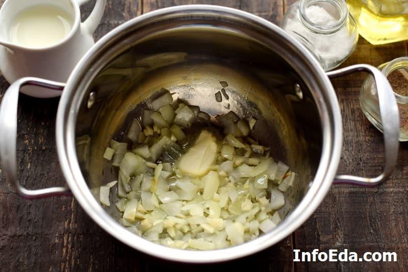 Тыквенный суп-пюре - пассеровка лука