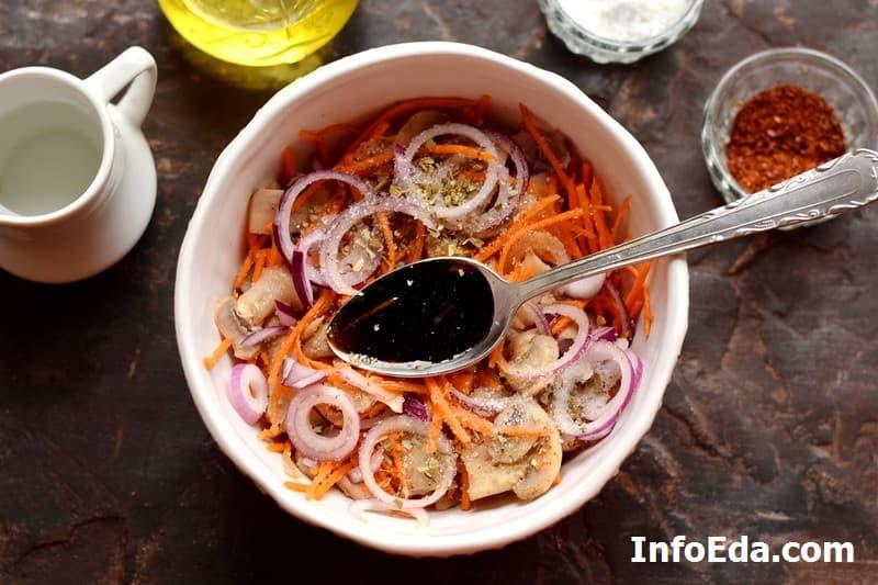 Шампиньоны по-корейски - масло и соевый соус