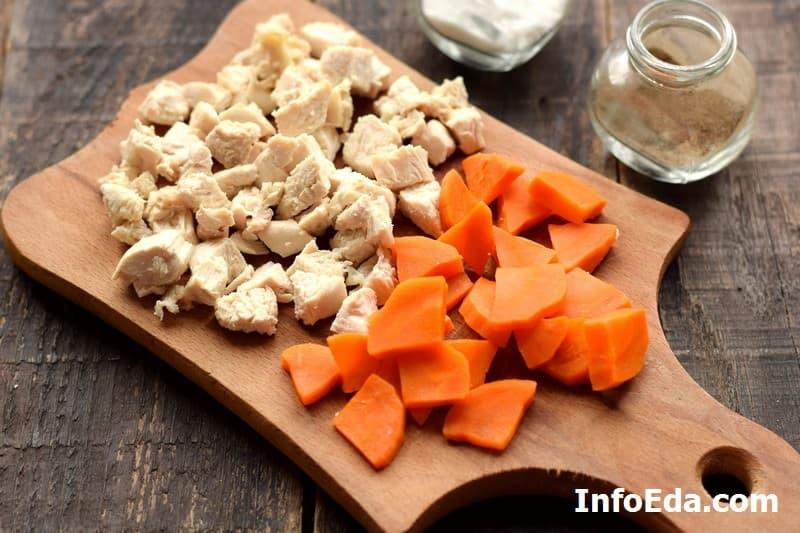 Холодец из курицы - нарезка мяса и моркови