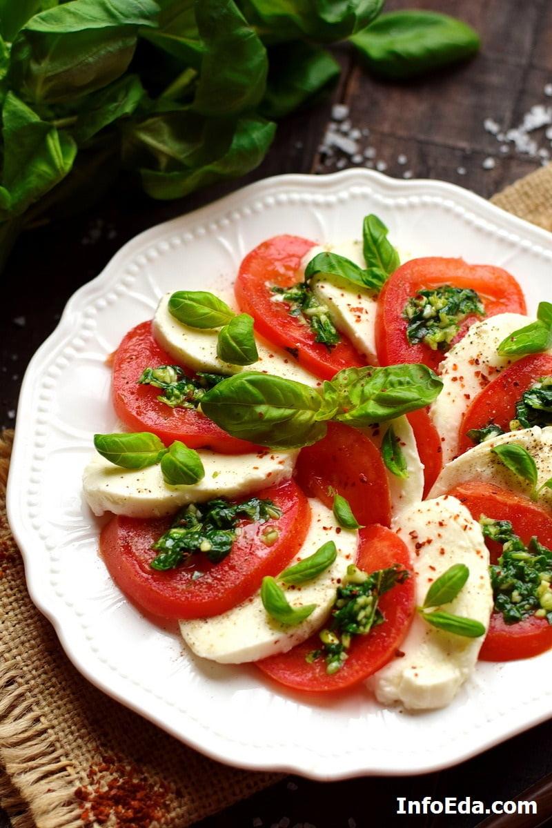 Салат Капрезе с моцареллой и помидорами