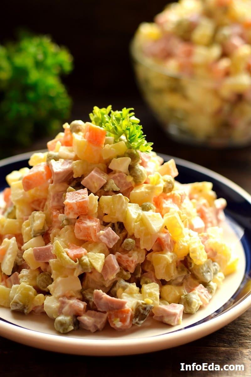 Салат Оливье с колбасой соленым огурцами и горошком
