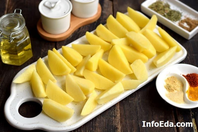 Картофель по-деревенски - нарезанные дольки картошки