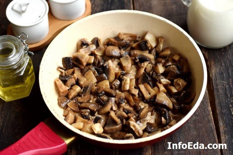 Курица с грибами в сливочном соусе - обжарка грибов