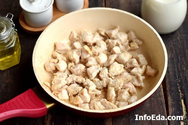 Курица с грибами в сливочном соусе - обжарка куриного филе