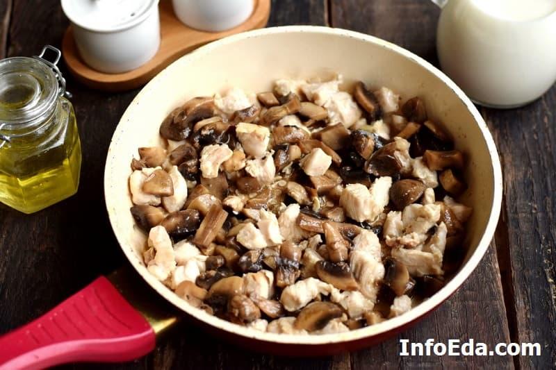 Курица с грибами в сливочном соусе - обжарка филе и грибов