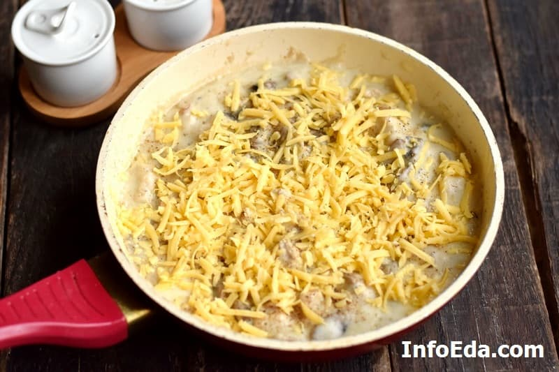Курица с грибами в сливочном соусе - добавляем тертый сыр