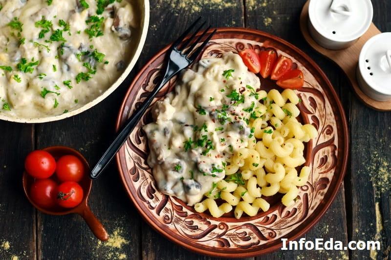 Курица с грибами в сливочном соусе с макаронами
