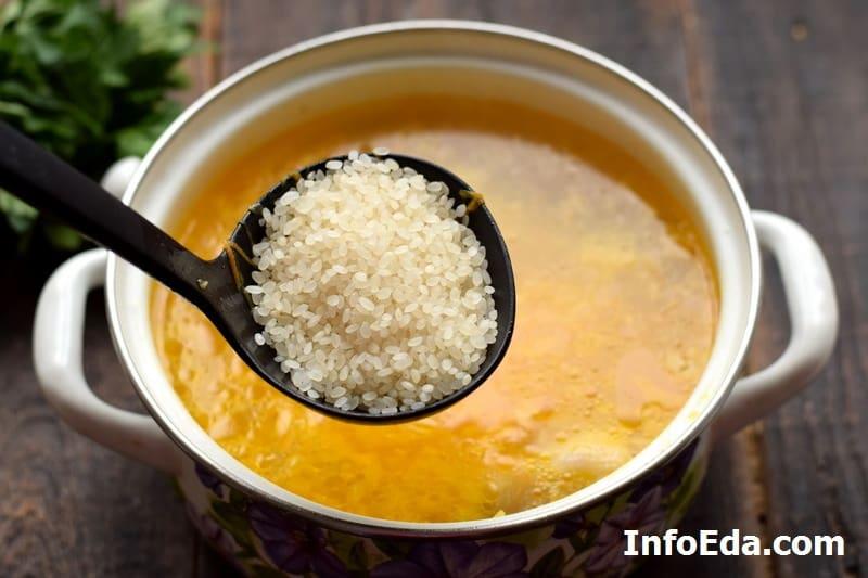 Добавляем рис в бульон
