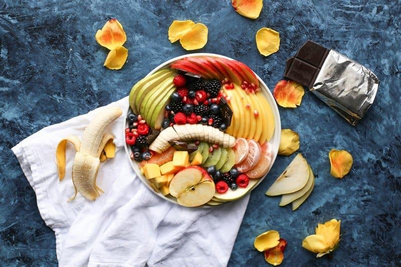 Ягоды и фрукты нарезанные с кожурой
