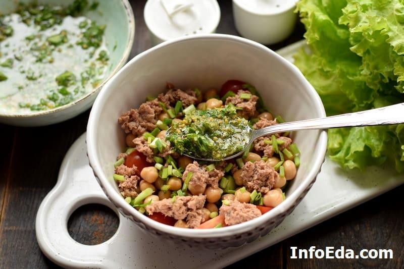 Добавляем лук в салат