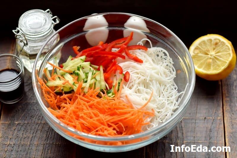 Овощи с фунчозой в тарелке
