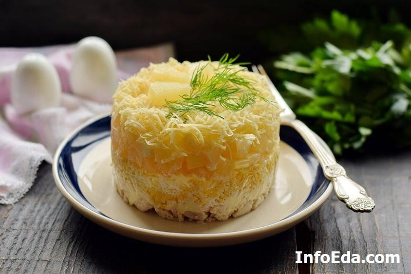Салат с курицей, ананасом, сыром и яйцом слоями
