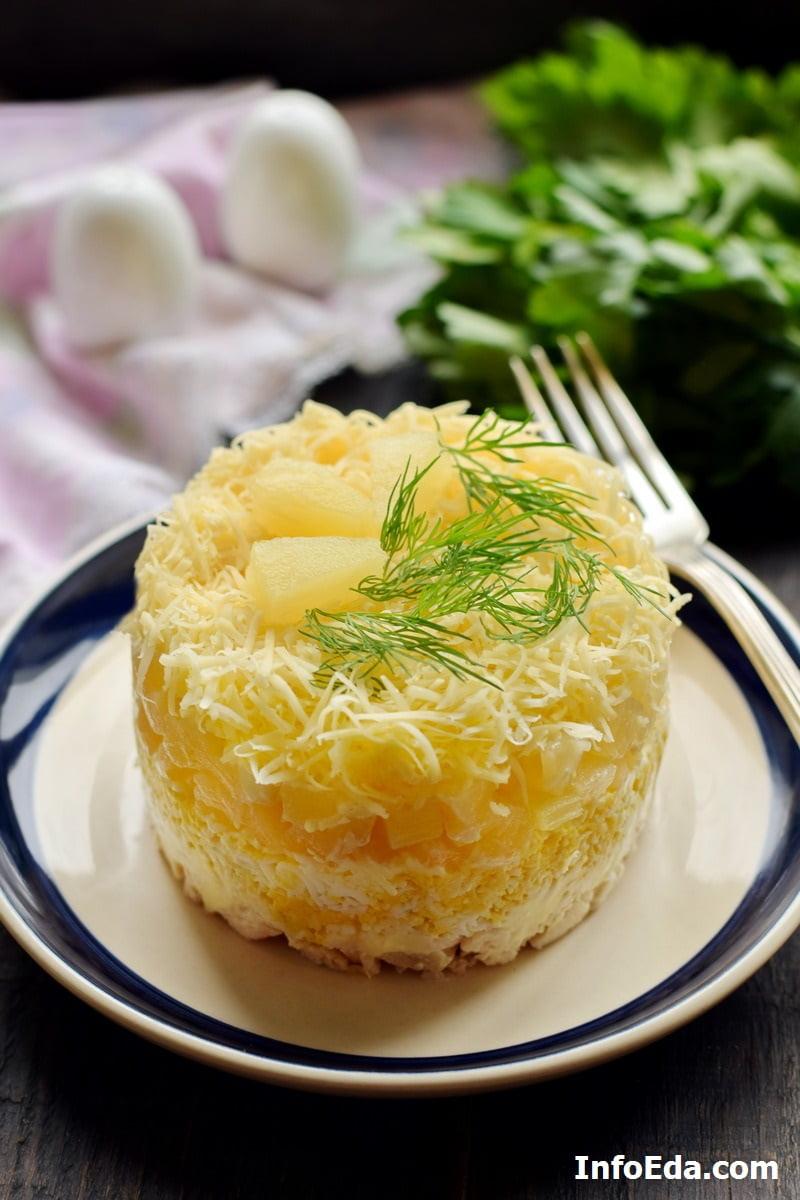 Слоеный салат с курицей, ананасом, яйцом и сыром