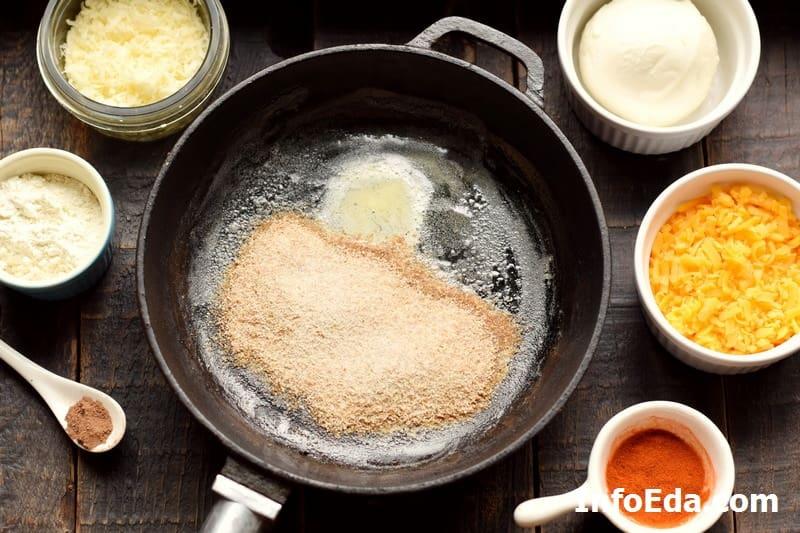 Масло с сухариками на сковороде