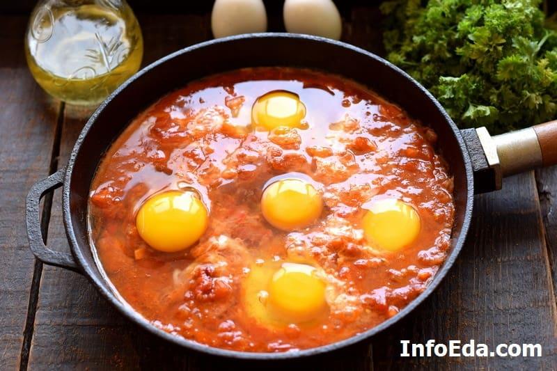Вбиваем яйца в сковороду