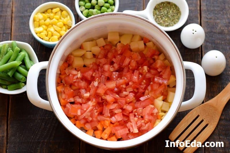 Добавляем нарезанные помидоры