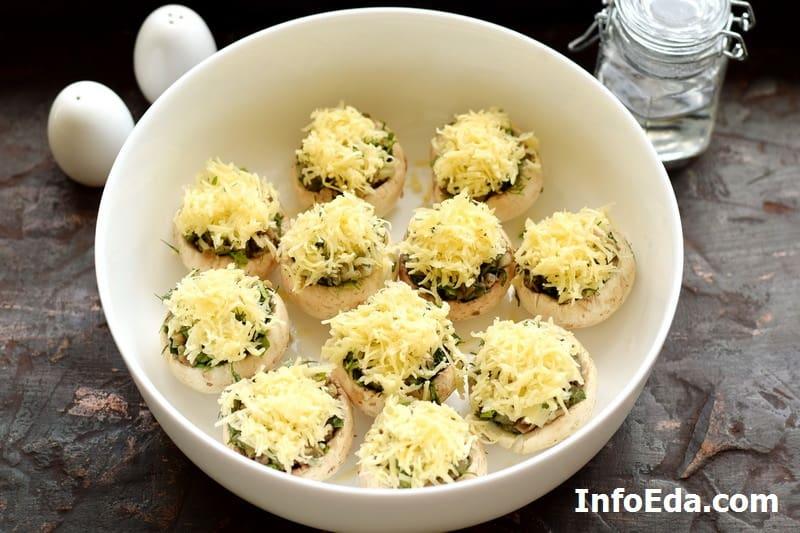 Выкладываем тертый сыр на грибы