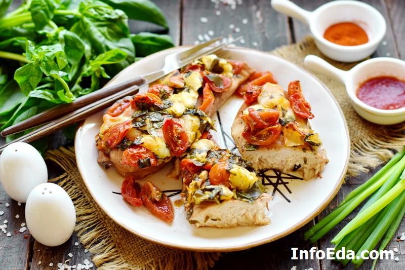 Куриное филе запеченное с помидорами и моцареллой