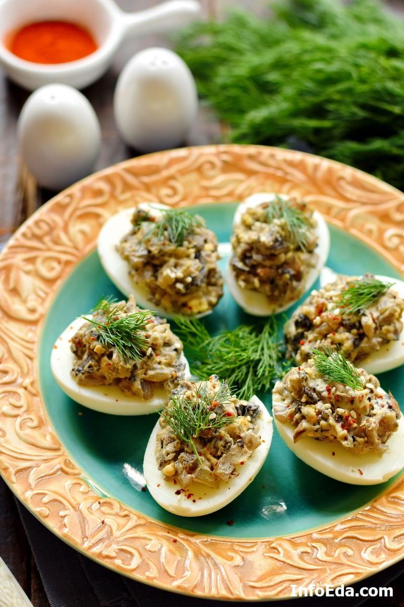 Яйца фаршированные шампиньонами, луком и желтком