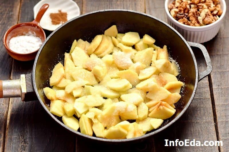 Яблоки на сковороде