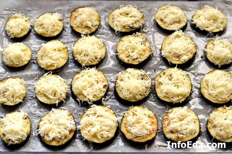 Выкладываем сыр на баклажан