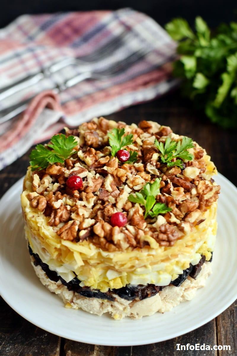 Слоеный салат из куриной грудки чернослива и грецких орехов