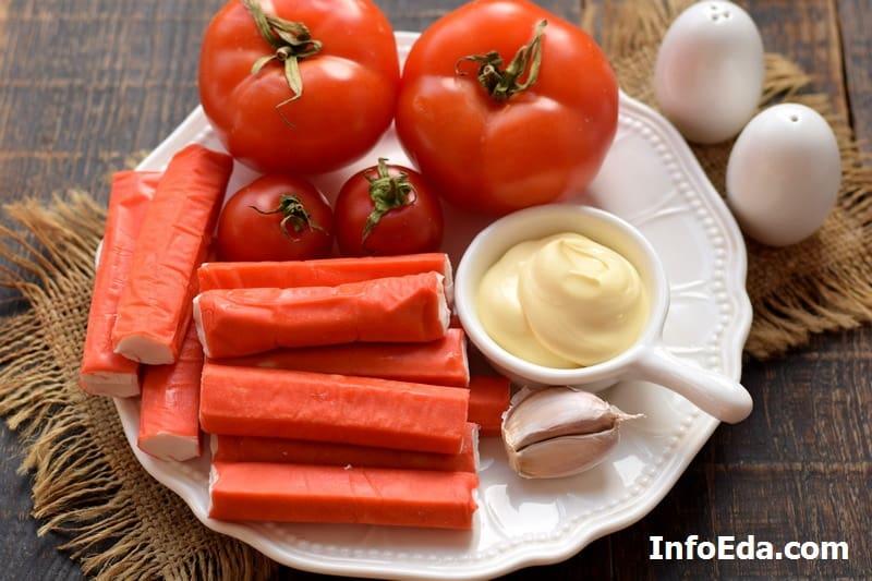 Ингредиенты для салата с крабовыми палочками и помидорами