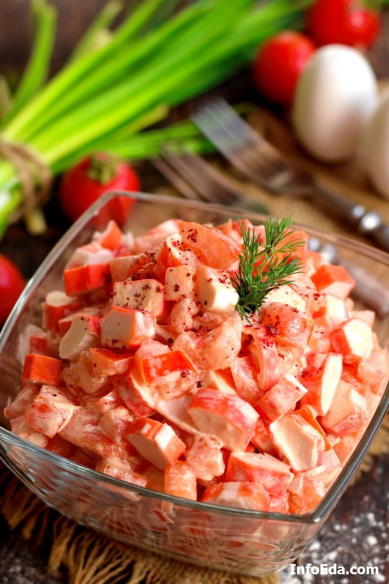 Крабовый салат с помидорами и чесноком